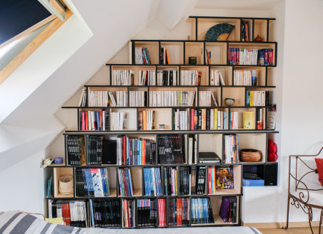 Bookcases under an angle